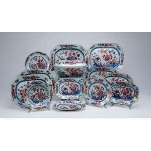 Remanescente de aparelho de jantar, decoração chine-Imari, composto de: sopeira, nove travessas <br />de tamanhos diferentes, a maior 38 x 30 cm, 17 pratos rasos, sete pratos fundos e cinco covilhetes, <br />totalizando 39 peças. China, Qing Qianlong (1736-1795).