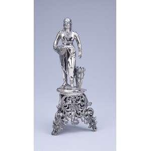 Paliteiro de prata, repuxada e finamente cinzelada, figura feminina portando cesto, sobre base <br />triangular e fenestrada. 22 cm de altura. Marca do prateiro do Porto, AAS, ativo entre 1877 e 1881.