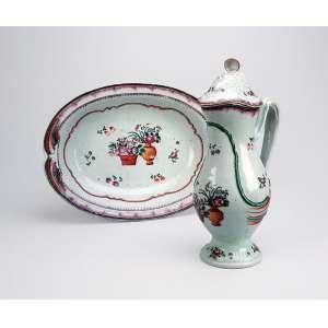 Gomil e sua bacia de porcelana Cia das Índias, policromada, decoração floral em esmaltes da Família Rosa. - 25 x 36 cm, a bacia e 31 cm de altura, o gomil. - China, Qing Qianlong - (1736-1795).