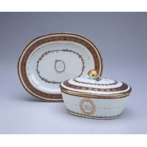 Terrina miniaturizada com seu présentoir de porcelana Cia das Índias, decorada com barrado azul com flores repetitivas em dourado. Pega da tampa em morango. Apresenta monograma não identificado. 18 x 14,5 cm, o présentoir; 13,5 x 11 x 9 cm de altura, a terrina. China, Qing Jiaqing (1796-1820). <br />Proveniência: Coleção João Moreira Garcez.