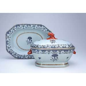 Sopeira com seu présentoir, de porcelana Cia das Índias, retangular cantos recortados, decorada com elementos repetitivos e flores em azul. Alças laterais em cabeça de lebre e pega da tampa em vegetal rouge-de-fer. 37 x 28 cm, o présentoir; 30 x 22,5 x 22 cm de altura, a sopeira. - China, Qing Qianlong - (1736-1795).