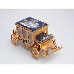 Requintada carruagem miniaturizada, de prata com vermeil, ornada por placas esmaltadas e pintadas c<br />om cenas da nobreza. 16,5 x 9 x 9,5 cm de altura. - Contrastes para prata russa, c. 1900.