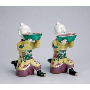 Par de jovens orientais portando floreira, porcelana Cia das Índias, policromada. - 16 cm de altura. - China, séc. XIX.