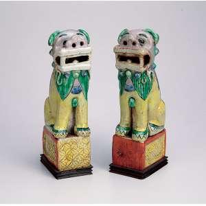 Par de quimeras de porcelana Cia das Índias, policromada sobre bases retangulares <br />e placa de madeira. 23 cm de altura. China, séc. XIX.