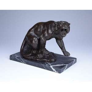 Leopardo em posição de ataque. - Escultura de bronze patinado sobre base de mármore. - 30 x 18 x 23 cm de altura. - Sem assinatura. - Europa, circa 1900.