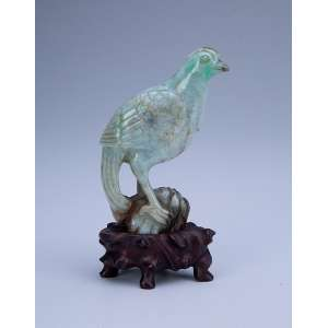 Pássaro. - Escultura de jade, sobre base de madeira. - 15,5 cm de altura total. - China, séc. XIX.