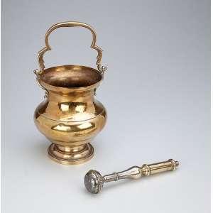 Caldeirinha com hissope de bronze dourado e latão. - 20 cm de altura. - Brasil, séc. XIX.