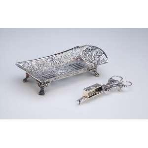 Tesoura espevitadeira com sua bandeja de prata repuxada e cinzelada, quatro pés em garra. - 20 x 10 cm. - Brasil, séc. XX.