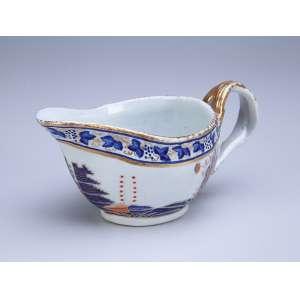 Conde de Itamaraty - Molheira de porcelana Cia das Índias, com predomínio cromático de azul, laranja e dourado. - 9 cm de altura. - China, Qing Jiaqing - (1796-1820).
