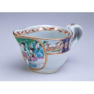 Molheira de porcelana Cia das Índias, policromada e dourada com reserva de pintura com personagens em cenas do cotidiano. - 18 x 8 cm de altura. - China, Qing Jiaquing - (1796-1820).