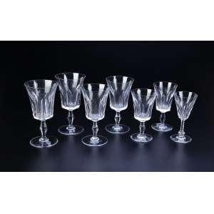 Remanescente de serviço de cristal de Baccarat, composto de 15 taças para água, 12 para vinho tinto, 16 para vinho branco, totalizando 43 peças. - Marca da cristalerie. - França, séc. XX.