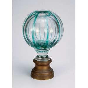 Pinha de escada ou balaustrada, de cristal translúcido, globular, com facetados em overlay verde; base de bronze. - 19 cm de altura. - França, séc. XIX.