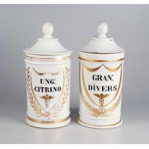 Par de potes de farmácia de porcelana francesa, branca, com reservas em policromia com indicação do conteúdo. UNG: CITRINO e GRAN: DIVEIS. - 24 cm de altura. - Séc. XIX.