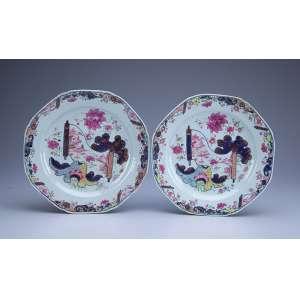 Par de pratos de porcelana Cia das Índias, policromado e dourado, decoração Folha de Chá. <br />23 cm de diâmetro. China, Qing Qianlong (1736-1795).