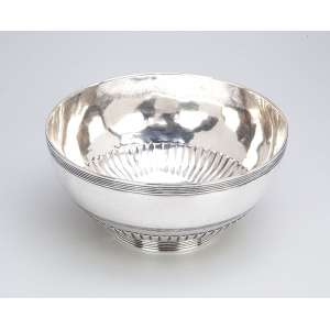 Bowl de prata repuxada, decorada com barrado junto a borda e na base, na parte inferior do bojo caneluras verticais. 16 cm de diâmetro x 8 cm de altura. Sem contrastes. Séc. XIX.