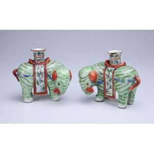 Par de elefantes, porta-varetas de incenso de porcelana Cia das Índias. - 13 cm de altura cada. - China, Jiaqing (1796-1820). - (uma com pequeno lascado na borda do porta varetas).