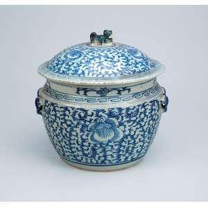 Recipiente com tampa de porcelana azul e branca, ao estilo Ming, bojudo com passantes vazados nas laterais, <br />tampa encimada por pega em forma de quimera, ornamentação de elementos florais e vegetais. <br />22 cm de diâmetro x 23 cm de altura. China. Dinastia Qing.