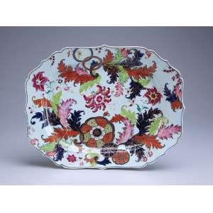 Travessa de porcelana Cia das Índias, retangular, borda recortada, decoração Folha de Chá. <br />37,5 x 29,5 cm. China, Qing Qianlong (1736-1795).