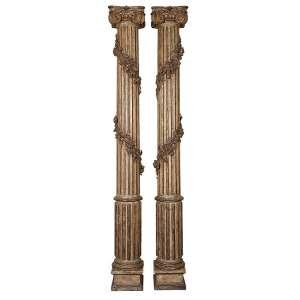 Par de imponentes colunas de madeira patinada e dourada, fuste em caneluras, envolta com <br />guirlanda floral. Capitel dórico. 250 cm de altura. Itália, séc. XVIII.