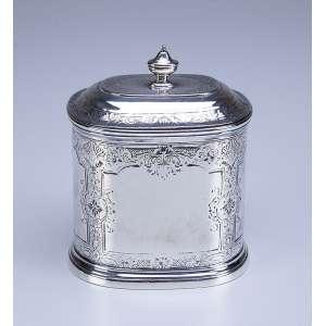 Caixa para chá com tampa basculante de prata repuxada e cinzelada. 12,5 cm de altura.<br />Marca da prata da cidade de Londres, com letra-data para 1741.