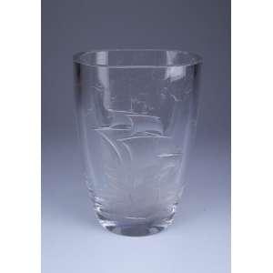 Vaso de cristal, ovalado, decorado com caravela. - 16,5 x 23 cm de altura. - Assinado Kjellandir, numerado 499-274 Suécia, séc. XIX.