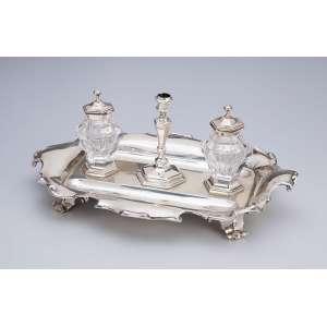 Tinteiro de prata inglesa vitoriana, com dois recipientes de cristal e pequeno castiçal. - 30,5 x 20,5 x 13 cm de altura. - Londres, 1852 e marca dos prateiros E & J. Barnard.