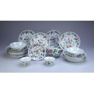 Conjunto de 20 peças de porcelana policromada. A saber: 13 pratos fundos, quatro bowls, dois pequenos potes e um covilhete. - China, séc. XIX.