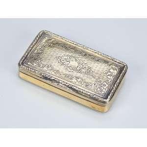 Requintada caixa de prata banhada a ouro. Decorada com elementos vegetais e flores. - 7,3 x 4 cm. - França, séc. XIX.