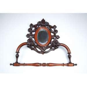 Porta toalha de madeira com pequeno espelho ovalado. Moldura fenestrada. - 37 x 39 cm. - Brasil, séc. XX.