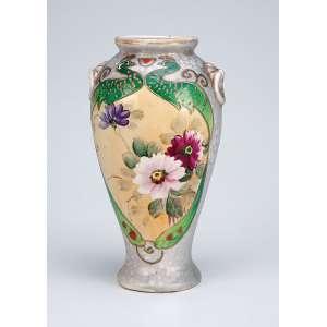 Pequeno vaso de louça, decoração com flores e pavões policromado. - 19 cm de altura. - Marca da manufatura Royal Nippon. - Séc. XX.