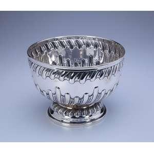 Bowl de prata repuxada, bojo e base decorados com caneluras curvadas. 20 cm de diâmetro x 15 cm de altura. <br />Marca da prataria União, de teor 833. Brasil, séc. XX.<br />Base: de 1.800 por 1.200