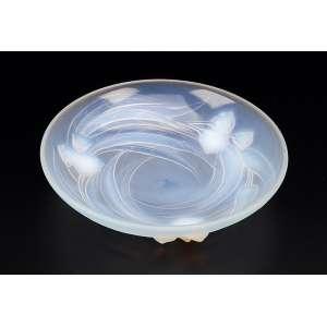 Travessa circular e funda de vidro moulé-pressé e opalescente. Decorada com flor de lótus em relevo. <br />23 cm de diâmetro. Assinada Etling - France. Circa 1930.