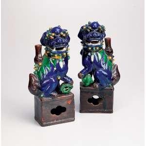 Par de quimeras, porta-varetas de incenso, porcelana Cia das Índias, esmaltada em policromia, o macho com a pata sobre uma esfera, representando o mundo e a fêmea com sua cria. 26 cm de altura. China, Jiaqing (1796-1820).<br />Base: de 4.500 por 3.500