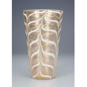 BAROVIER, Ercole - Vaso de vidro de Murano de cor creme decorado com formas de folhas e ouro pulverizado; <br />boca de 16 cm de diâmetro e base medindo 9,5 cm de diâmetro; - 27 cm de altura. Itália. Déc. de 60.<br />Base: De 6.500 por 5.500
