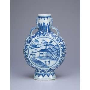 Vaso em forma de cantil, porcelana Cia das Índias, azul e branca. 26,5 cm de altura. <br />China, Qing Qianlong - (1736-1795). <br />Base: de 1.500 por 1.200