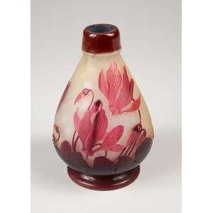 GALLÉ, Emile<br />Vaso de vidro artístico, bojudo, decoração floral em tons de vermelho sobre fundo amarelado. <br />15 cm de altura. Assinado. França, séc. XX.