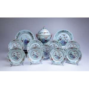 Remanescente de aparelho de jantar Cia das Índias, composto de sopeira, três grandes travessas circulares <br />(33,5 cm de diâmetro), duas travessas menores (circulares) 27 cm de diâmetro), 16 pratos rasos e 14 fundos, totalizando 36 peças. Decoração floral em esmaltes da Família Rosa. China, Qing Qianlong (1736-1795).