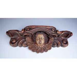 Peanha sobre cabeça de anjo, madeira com vestígios de pátina e douração. <br />64 x 15 x 20 cm de altura. Brasil, séc. XIX.<br />Base: de 1.600 por 1.200