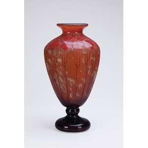 LE VERRE FRANÇAIS<br />Vaso art deco de vidro artístico, bojo cônico com decoração floral em tons de ocre sobre fundo mesclado. <br />45 cm de altura. Assinado na base. França, c. 1930.<br />Base: de 12.000 por 9.500