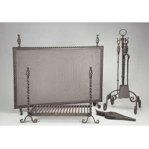 Conjunto para lareira de ferro forgé constituído por grelha e tela de 100 x 65 cm. <br />Suporte com apetrechos. Brasil, séc. XX.<br />Base de 800 por 400