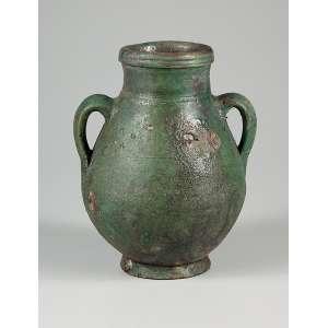 Ânfora em terracota, monocrômica verde, à maneira das peças da Dinastia Han, bojuda com duas alças laterais. <br />21 cm de altura. China, período indeterminado.