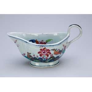 Molheira de porcelana Cia das Índias, policromada, decoração variante das conhecidas como Folha de Chá. 20 x 10 x 11 cm de altura. China, séc. XVIII.
