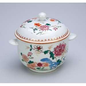 Açucareiro com sua tampa de porcelana Cia das Índias, circular, policromada, decoração floral em esmaltes da Família Rosa. 11 cm de diâmetro x 11 cm de altura. China, séc. XVIII.