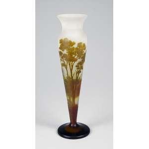 GALLÉ Vaso de vidro artístico, cônico, bocal aberto, decorado com árvores e arbustos em tons de verde sobre fundo cinza. Assinado. 32 cm de altura. França, séc. XX.