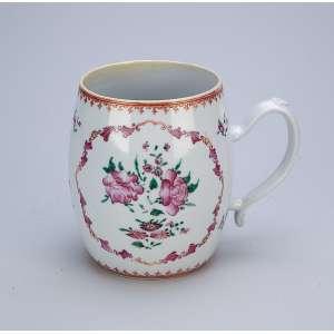 Caneca de porcelana Cia das Índias, formato de barril, decorada com flores em esmaltes da Família Rosa. 11 cm de diâmetro x 13,5 cm de altura. China, Qing Qialong (1736-1795) (pequeno antigo restauro na borda).