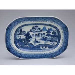 Travessa de porcelana azul e branca. Cia das Índias, recortada, decoração Macau, aba de elementos repetitivos e plano com paisagem lacustre. 25 x 16,5 cm. China. Qing Jiaqing (1796-1820).