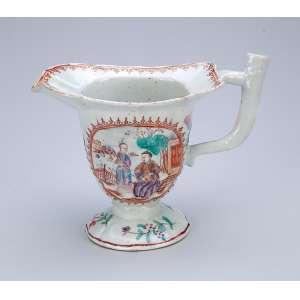 Cremeira de porcelana Cia das Índias, policromada, bojo decorado com reservas em faces opostas com pintura de cena do cotidiano. Alça em forma de galho. 17 x 8 x 13 cm de altura. China. Qing Qianlong (1736-1795).