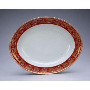 Travessa de porcelana Cia das Índias, variante do Serviço das Rosas, que pertenceu a D. João VI. Borda com barrado de motivos florais em ouro sobre fundo rouge-de-fér. 37,5 x 30 cm. China, Qing Jiaqing (1796-1820).