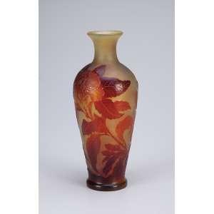 GALLÉ Vaso de vidro artístico, decoração floral em tons de ocre sobre fundo amarelado. Assinado. 24 cm de altura.