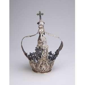 Fina coroa de prata repuxada e cinzelada toda fenestrada com elementos barrocos, quatro hastes encimadas por cruz. 28 cm de altura. Brasil, séc. XIX.